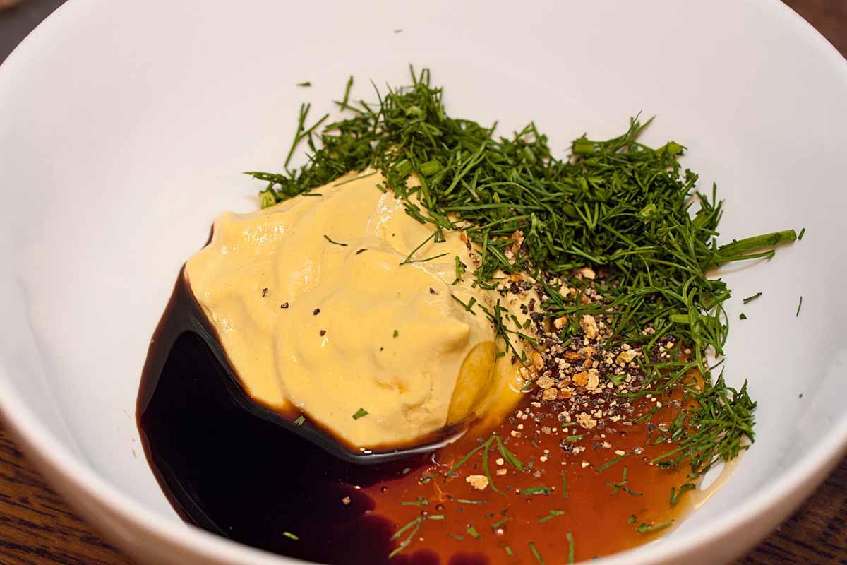 Die Honig-Senf-Soße dient als gesunder Ketchup-Ersatz für das Sandwich mit Fisch. Foto: A. Jagiello