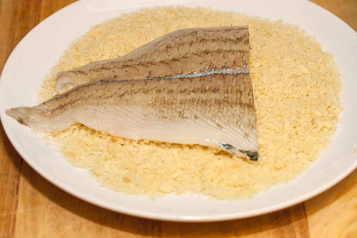Das Schollenfilet wird in Panko gewendet und dann angebraten. Ihr könnt übrigens auch anderes Fischfilet verwenden! Foto: A. Jagiello
