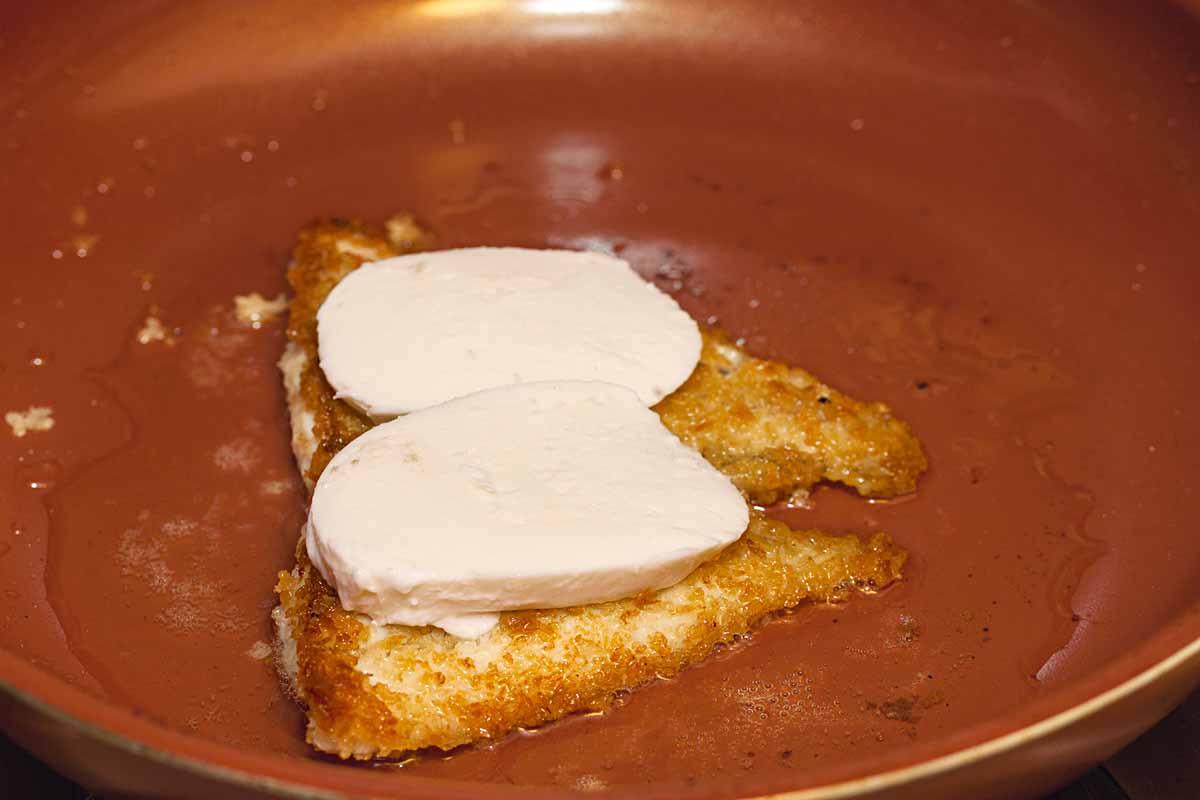 Bratet den Fisch von beiden Seiten in der Pfanne an und bedeckt ihn am Ende mit Mozzarella. Foto: A. Jagiello