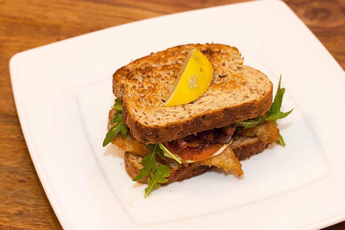 Fixiert euer Club Sandwich mit Fisch am besten mit einem Holzpiekser – sonst fällt eure leckere Kreation noch auseinander … Foto: A. Jagiello