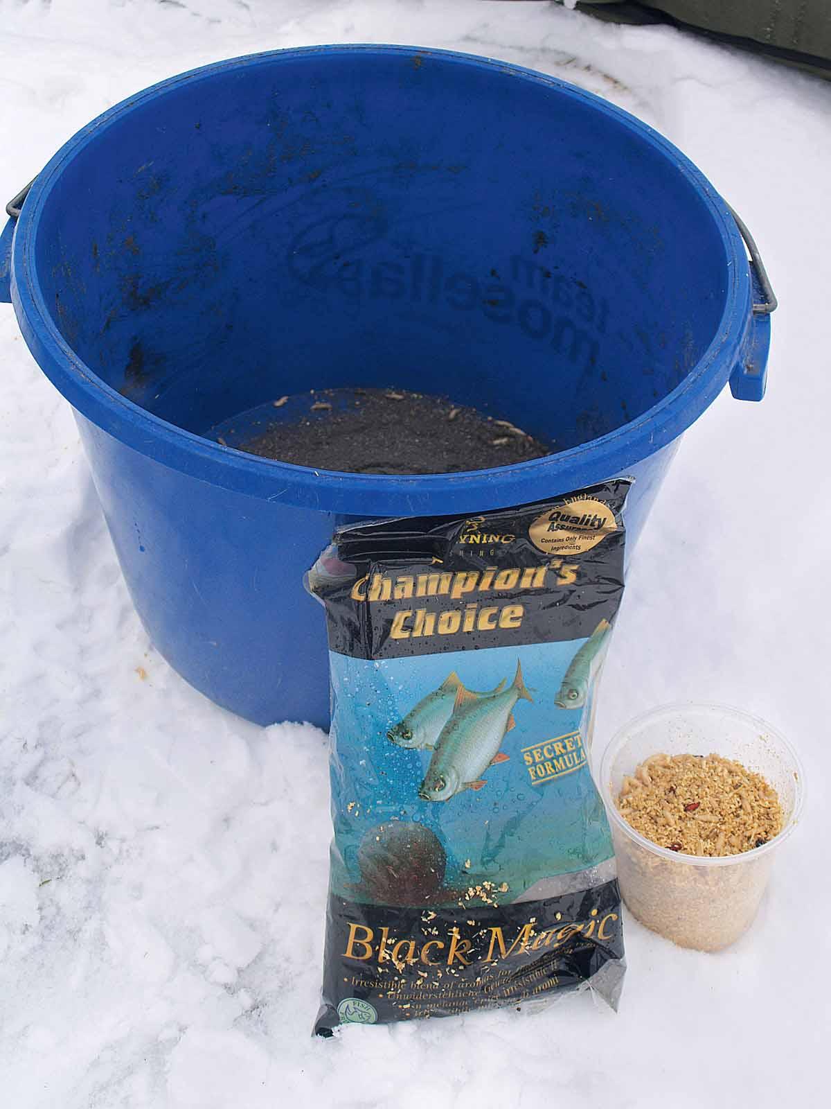 Beim Friedfischangeln im Winter ist leichtes Gepäck angesagt: ein Futtereimer mit dunklem Futter sowie ein halber Liter Maden reichen völlig aus. Foto: A. Pawlitzki