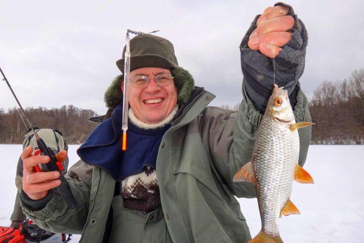 Selbst bei eiskalten Temperaturen lassen sich beim Friedfischangeln im Winter noch Rotaugen unter dem Eis fangen. Foto: A. Pawlitzki