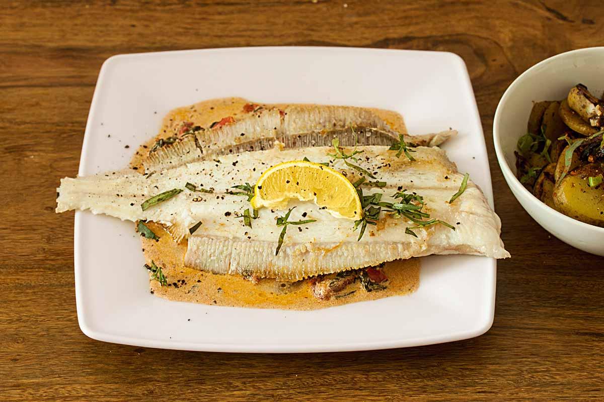 Legt den Fisch auf dem Spinat aus, die Kartoffeln serviert ihr am besten in einer separaten Schüssel. Foto: A. Jagiello