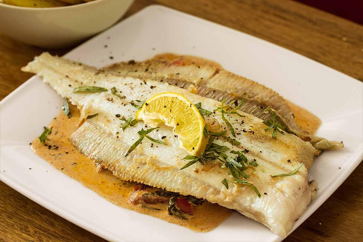 Plattfisch mit Rahmspinat und Bratkartoffeln: Das ideale Gericht nach einer erfolgreichen Meeresangel-Tour! Foto: A. Jagiello