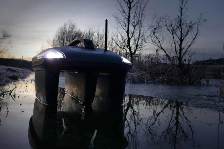 Nein, das ist kein Amphibienfahrzeug, sondern eines der New Direction Tackle Futterboote! Die Beleuchtung hilft bei der Orientierung in der Dunkelheit und dient als Fahrtrichtungsanzeige. Foto: New Direction Tackle