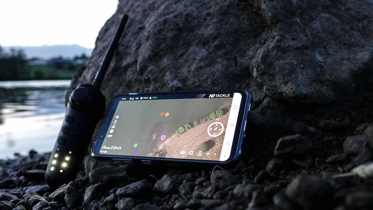 Boot auf dem Wasser, Karte in der Hand: Die New Direction Tackle Futterboote können leicht per Smartphone bedient werden. Foto: New Direction Tackle