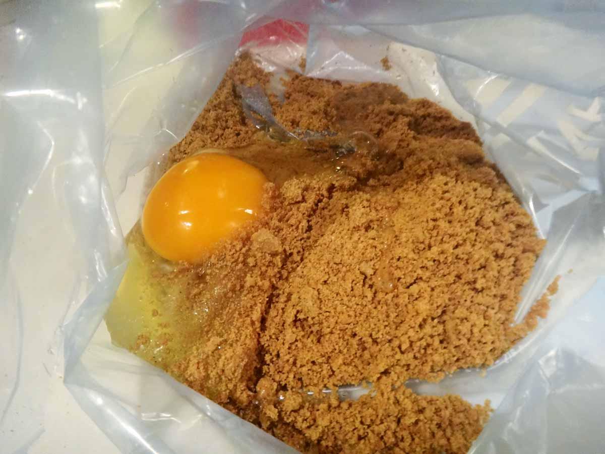 """Das """"Spekulatius-Mehl"""" gibt man dann in eine Plastiktüte und schlägt ein frisches Ei dazu. Foto: BLINKER / A. Pawlitzki"""