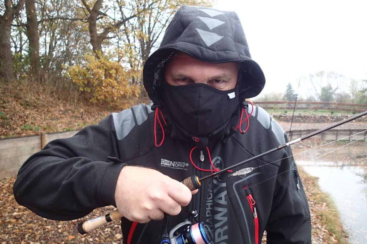 Der tut nichts, der will nur … angeln! Das Angeln im zweiten Lockdown ist an Forellenseen unter Auflagen möglich, so muss beispielsweise eine Maske auf dem Weg ans Wasser getragen werden.
