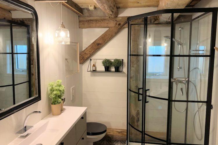 Auch das Badezimmer ist wirklich hübsch eingerichtet. Foto: Borks