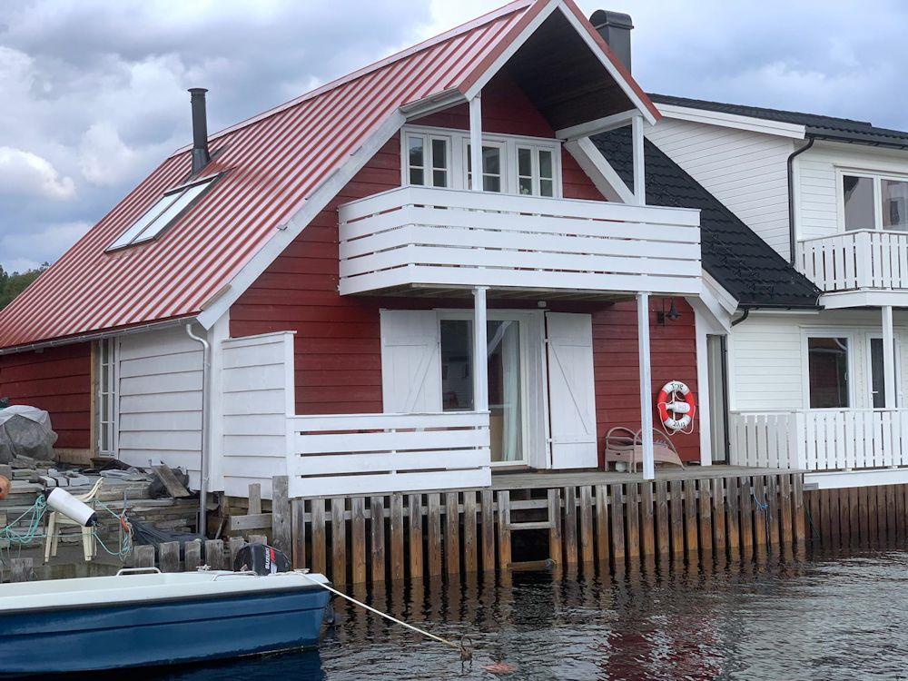 Gemütlich, modern und direkt am Wasser – dieses Gesamtpaket bieten wohl wirklich nur wenige Ferienhäuser in Norwegen. Foto: Borks