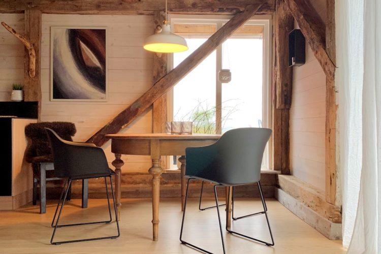 Die Holzbalken bringen norwegische Gemütlichkeit ins Haus. Foto: Borks
