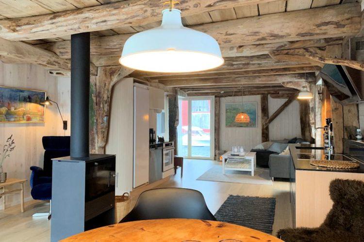 Im geschmackvoll eingerichteten Wohnzimmer muss man sich einfach wohlfühlen. Vor dem Kamin können Sie abends beim Bier noch einmal von den besten Fängen erzählen! Foto: Borks