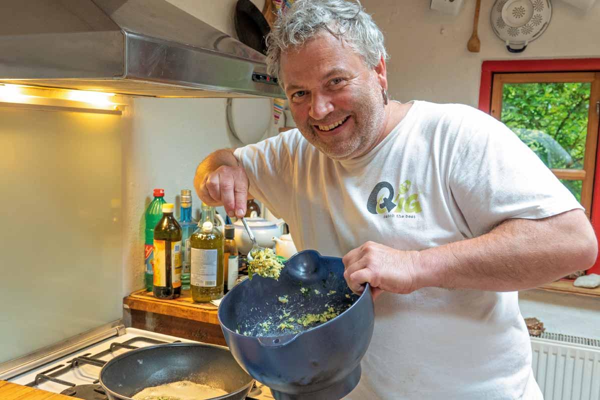 So gelingen die Dorsch-Kartoffel-Bällchen: Die abgekühlte Masse darf nicht zu flüssig sein, aber muss sich gut formen lassen. Foto: R. Korn