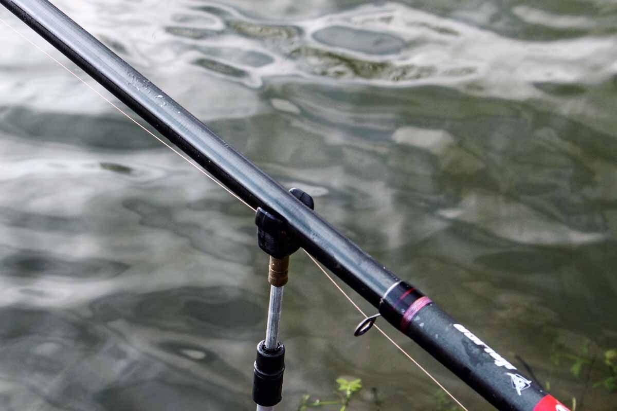 """Ein """"Grippa""""-Rutenhalter sichert die Bolorute vor kampfstärkeren Forellen. Foto: A. Pawlitzki"""