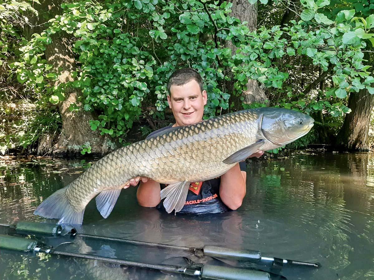 Mit 118 Zentimeter Länge brachte der Grasfisch von Matthias Leblang ein Gewicht von 30 Pfund auf die Waage. Gefangen wurde der Fisch in einem Gewässer bei Wertingen. Erfolgsköder war eine Semmel (für Norddeutsche: ein Brötchen).