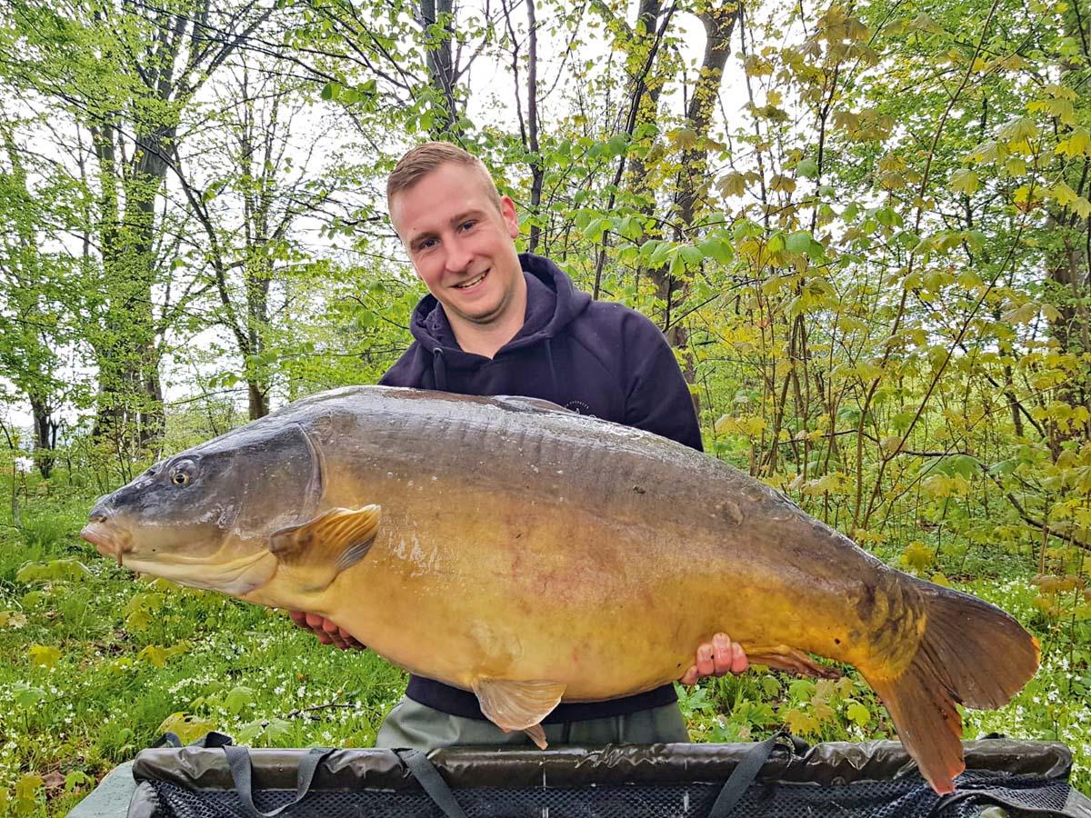 Im Sternberger See fing Tim Waack seinen XXL-Karpfen auf Boilie. Der riesige Fisch schrammte mit 49 Pfund 450 Gramm gerade an der 50-Pund-Marke vorbei, wird aber einer der Fische bleiben, die Tim nicht vergessen wird. Länge: 1,08 Meter