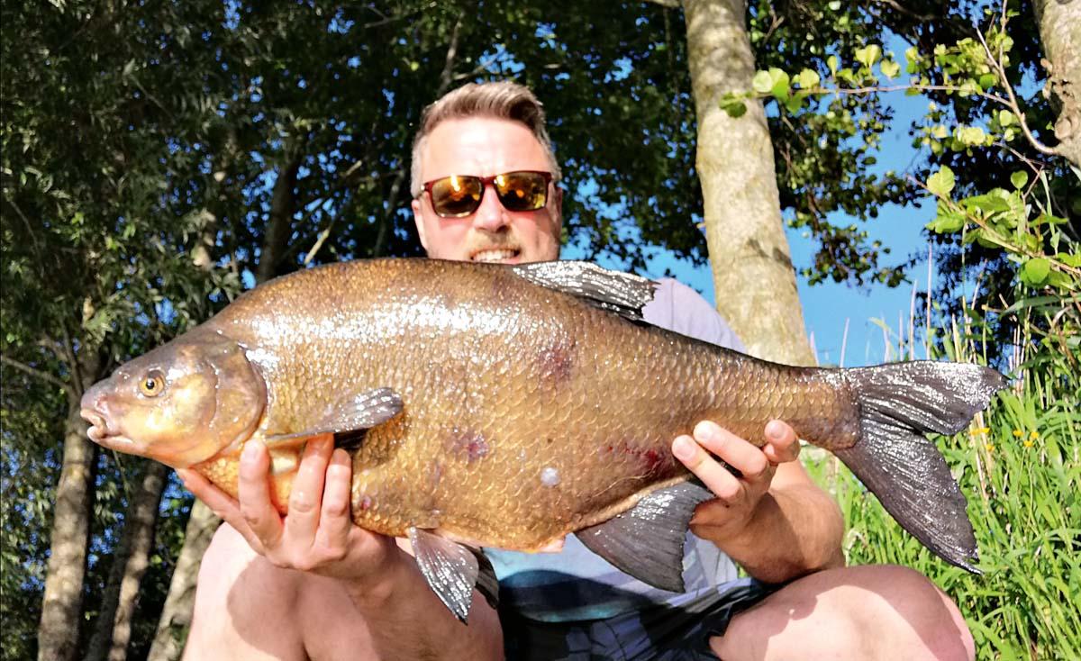 Einen 78 Zentimeter langen Brassen fing Tim Tschorn in einem See bei Tannhausen. Der 12 Pfund schwere Klodeckel nahm eine Tigernuss, die eigentlich einem Karpfen zugedacht war.