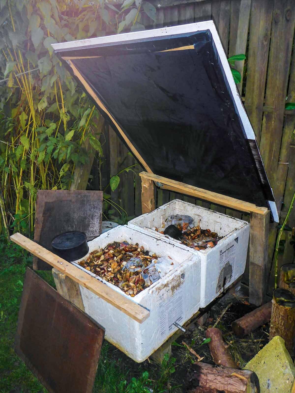 Die Kisten für die Wurmzucht stehen unter einem Wetterschutz. Die Deckel sollte man tagsüber zum Luftaustausch öffnen. Foto: T. Pruß