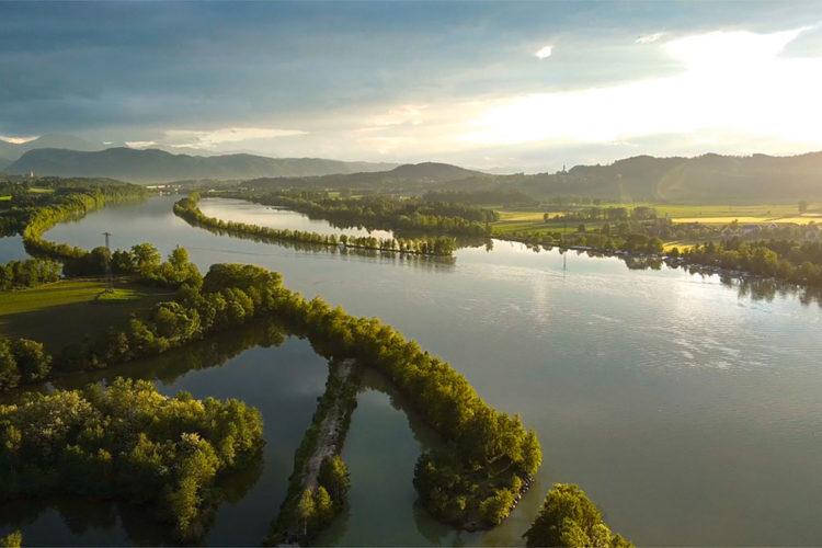 Der Völkermarkter Stausee staut die Drau. Hier zu sehen: Sein Herzstück inklusive zwei der drei Naturschutzgebiete.