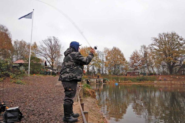 Forellenangler Frank Schlichting steht am Forellensee und wirft die ultraleichte Rute aus.