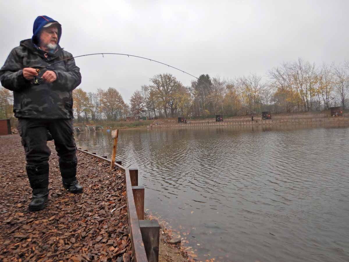 Und schon ist die Rute krumm. Beim Twitchen muss man keinen Anhieb setzen, der Fisch hakt sich meist selbst. Foto: F. Schlichting