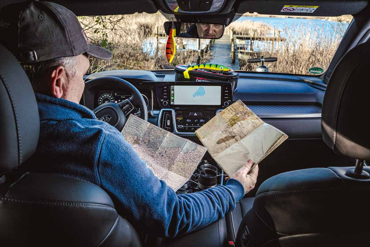 Die Weltkarte haben wir schnell weggepackt – im Indischen Ozean gibt's eh keine Hechte. Unser Fokus lag auf Mecklenburg-Vorpommern, genauer gesagt auf Gewässern, die wohl niemand beangelt. Und deren Zufahrtswege findet man eher auf alten Karten statt auf Google Maps … Foto: F. Pippardt