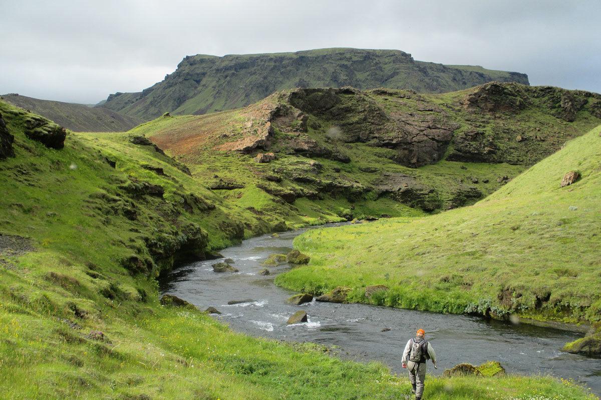 Fliegenfischer an der Vatsna. Ein Thema ist Corona auf Island nach wie vor – doch für Urlauber soll die Einreise demnächst leichter werden. Foto: B. Kuleisa