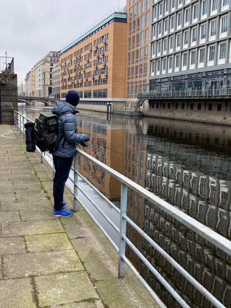 Angekommen am Alsterfleet und kein anderer Angler in Sicht. Gute Vorraussetzungen für den Blinker-Praktikanten!