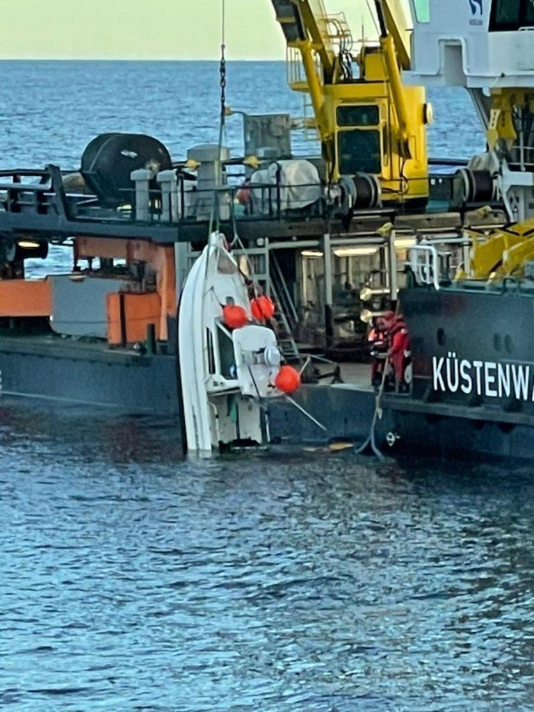 Da das gekenterte Boot noch nicht vollständig unter Wasser war, konnte das Fischereischutzschiff das Wrack noch sichern.