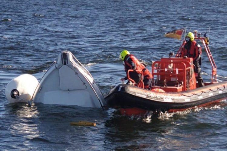 Rettungsaktion auf der Ostsee mit mehreren Schiffen und einem Helikopter. Zwei Angler erleiden Schiffbruch vor Rügen.