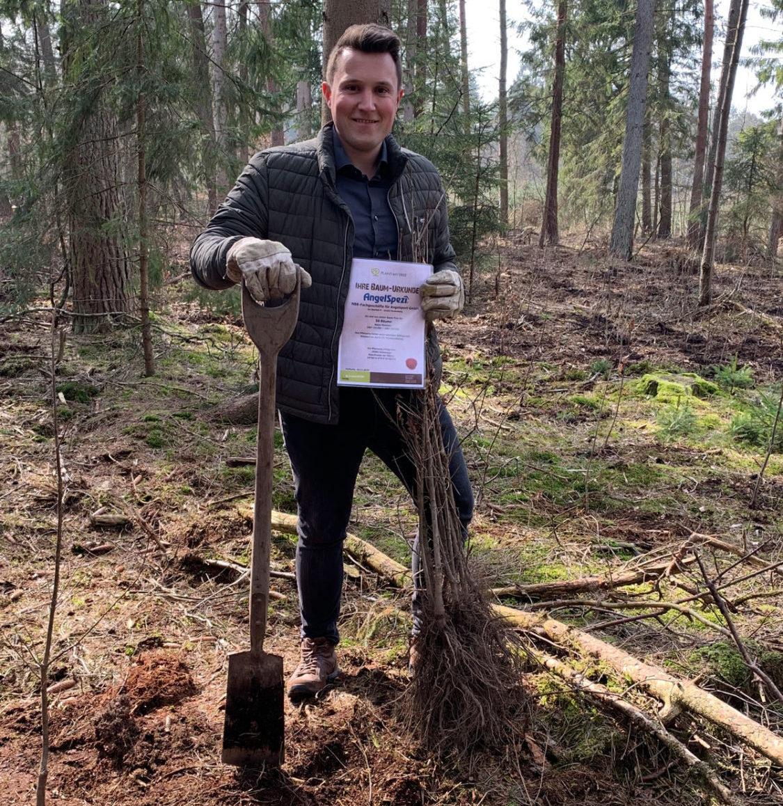 Für jeden AngelSpezi-Partner pflanzte Sebastian Steep im März 2021 einen Baum in Hohenaspe. Die Aktion soll für jeden neuen Partner fortgesetzt werden. Foto: NBB
