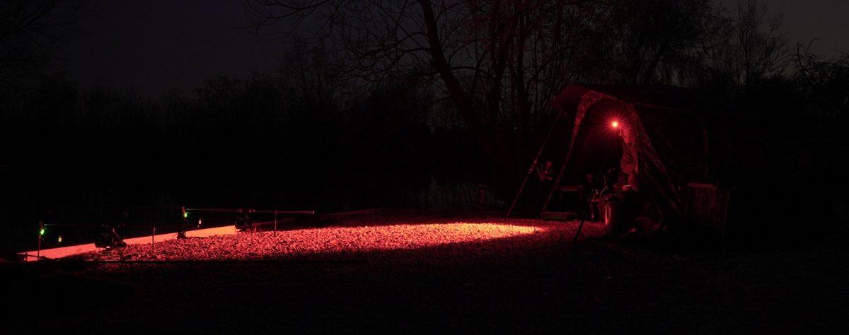 Die Stirnlampe zum Angeln besitzt auch ein starkes Rotlicht! Vorteil: Ihr seht immer noch alles, verscheucht aber keine Fische. Foto: New Direction Tackle
