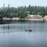 Zwei Angler auf einem Kanu in einem Naturpark in Manitoba.