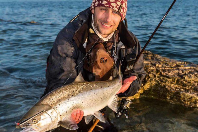 Der Traum jedes Küstenanglers: Einmal einen Blankfisch wie diesen fangen, in dessen Maul selbst ein Durchlaufblinker von 30 Gramm klein wirkt. Foto: A. Aggerlund / Westin Fishing