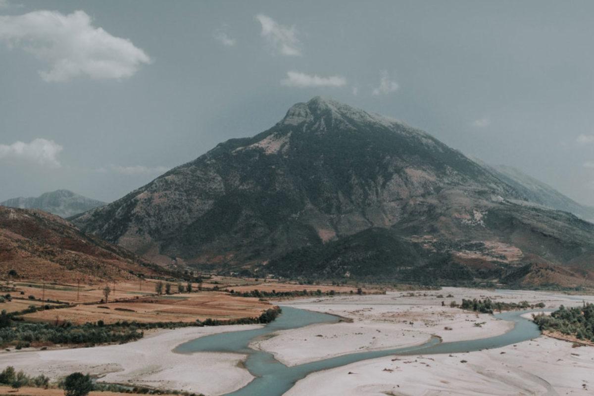 Die Vjosa im Süden Albaniens. Der Fluss soll demnächst durch Wasserkraftwerke verbaut werden – Umweltschützer wie Leonardo DiCaprio setzen sich dagegen ein. Foto: Unsplash / Jay Basha