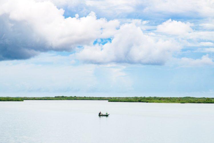 ein Boot auf dem Wasser, ein paar Menschen angeln.