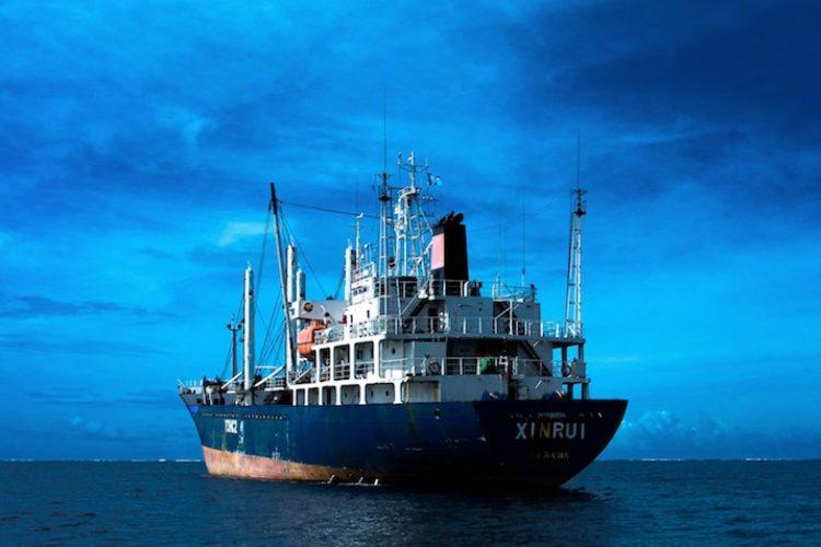 """Eine neue Studie verschärft den Verdacht, dass ausländische Flotten illegale Fischerei vor Argentinien betreiben. Die Schiffe """"verschwinden"""" zwischenzeitlich vom Radar. (Symbolbild) Foto: Nate Cheney / Unsplash"""