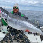 Mikael Zetterström vom Team Tunga Påslag mit dem 1,18 Meter langen Lachs. Es war der kapitalste Fisch des Nynäs Laxen. Foto: Rhino Fishing