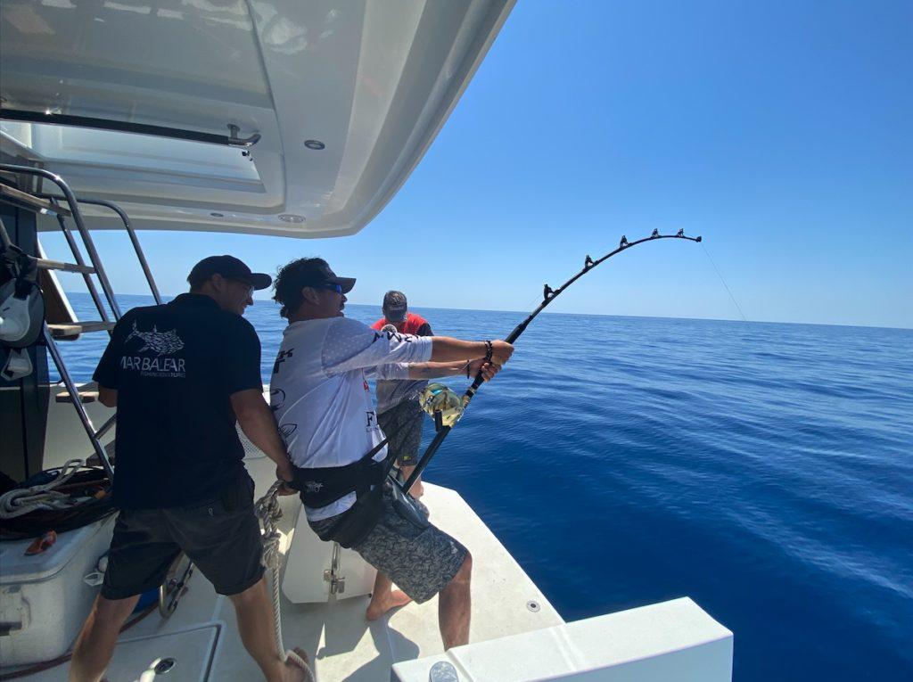 Der riesige Thunfisch verlangte den Anglern im Drill alles ab. Sie mussten sich mehrfach abwechseln. Foto: Zebco Europe