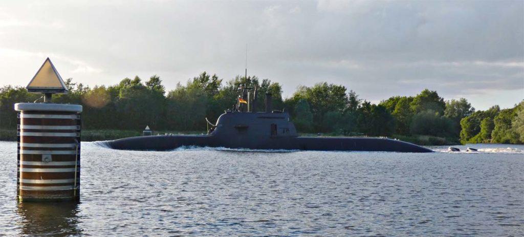 Bis zu 40.000 Schiffe fahren jährlich durch den Kanal. U-Boote sind aber eher selten zu sehen. Vor allem, wenn wie bei diesem Boot kurz zuvor, im Fernsehen ein Bericht über dessen Auslaufen lief.