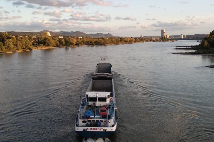 Ein Schiff fährt auf dem Rhein.