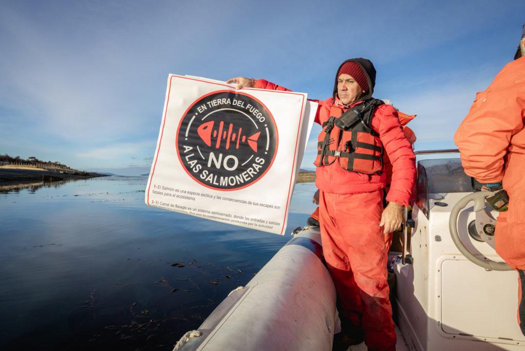 """""""Nein zu Lachsfarmen!"""" – auf Feuerland ist passiert, was in Schottland oder Norwegen bisher undenkbar war: Umweltschützer haben sich gegen die Industrie durchgesetzt. Foto: Emprendia"""