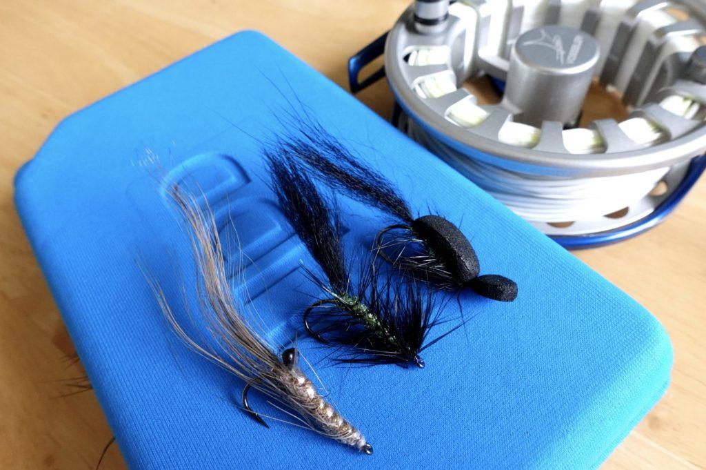Ein paar Nachtfliegen und große Ostsee-Garnelen hat Johannes sich schon mal gebunden. Auf die Rolle kommt noch schnell eine neue Schwimmschnur.