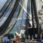 Kommerzielle Fischerboote, wie dieses vor Mauritius, bekommen Spritgeld vom Staat. Das könnte sich bald ändern!