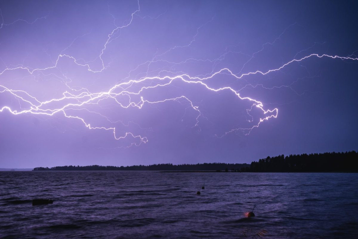 Bei so einem Wetter bleibt man für gewöhnlich zu Hause. Ein Angler aus Bayern ging trotzdem los, um einen Wels bei Gewitter zu fangen. (Symbolbild) Foto: Niilo Isotalo / Unsplash