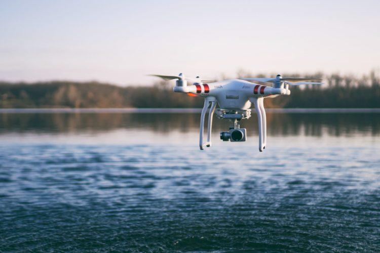 Eine Drohne fliegt nah an der Wasseroberfläche.
