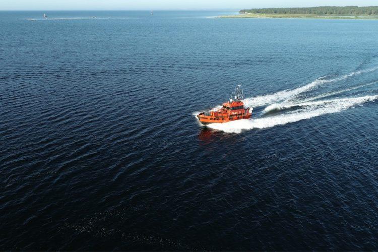 Ein Boot der Küstenwache fährt über das Wasser.