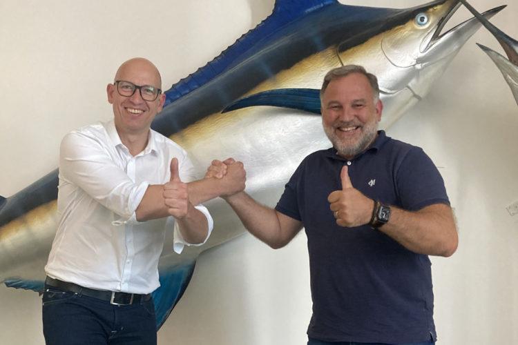 Freuen sich auf die Zusammenarbeit: Thomas Schlageter, Inhaber des Echolotzentrums (links), und Michael Werner, Redaktionschef von BLINKER. Foto: F. Pippardt