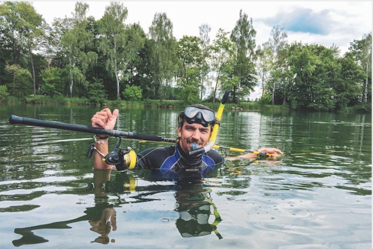 Stefan Seuß mit Angelgear und Taucherausrüstung im Wasser
