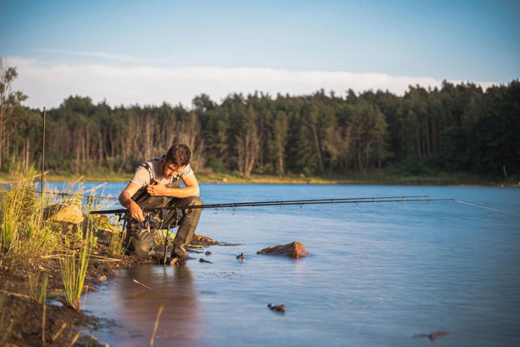 In Gedanken ist Florian schon am Natursee, wie hier mit Kumpel Richard. Vorher muss aber erst Ausgabe 11/2021 produziert werden, sonst schimpfen Sie, liebe Leser!